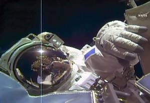 A imagem da Nasa TV mostra o astronauta Thomas Pesquet trabalhando do lado de fora da estação Espacial Internacional nesta sexta-feira Foto: JOSE ROMERO / AFP
