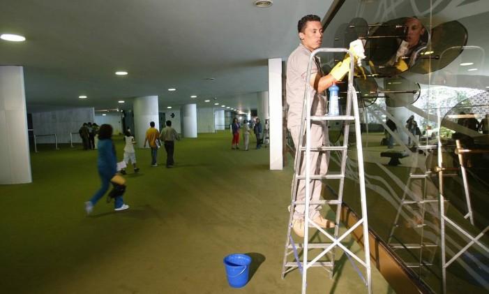 16.12.2005 - Ailton de Freitas - PA - Funcionários de limpeza trabalham no congresso no primeiro dia da convocação. Foto: Aílton de Freitas / Ailton de Freitas