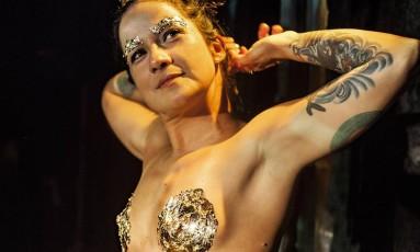 """Natural. Lan Lanh sobe ao palco sem camisa: """"Empoderamento da mulher"""""""