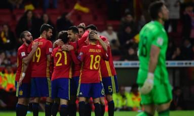 Jogadores da Espanha comemoram gol sobre Israel nas eliminatórias para a Copa do Mundo Foto: MIGUEL RIOPA / AFP