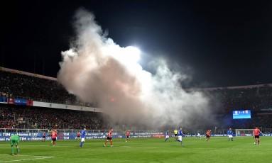 Jogo entre Itália e Albânia foi paralisado após torcedores acenderem sinalizadores Foto: ALBERTO PIZZOLI / AFP