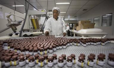 Fábrica de vacinas para a febre amarela da Biomanguinhos, na Fiocruz Foto: Márcia Foletto / Agência O Globo