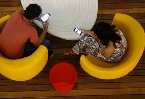 Hábito de ficar no celular e ignorar a presença do outro preocupa psicanalistas Foto: Agência O Globo / fábio rossi