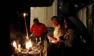 Fiéis acendem vela em oração no Rio Foto: Pedro Teixeira / Agência O Globo / 20-1-2016