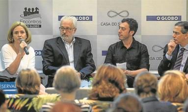 A psicóloga Ana Luiza Novis, o psiquiatra Nelson Goldenstein, o jornalista do GLOBO Marcelo Balbio e o coordenador do encontro, Claudio Domênico, reunidos na última quarta-feira Foto: Alexandre Cassiano