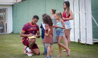 Goleiro Bruno é tietado durante primeiro treino no Boa Esporte Foto: Marcos Alves / Agência O Globo