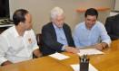 Rodrigo, Moreira e Atratino, em 2015: na ocasião, ele assinava posse como secertário, agora será vereador Foto: Divulgação/Péricles Rodrigues/ 25-05-2015