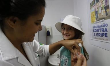 Vacina contra a febre a amarela será distribuída em 233 postos da cidade. Na foto, a pequena Luisa Coutinho é imunizada vacinada no posto do Catete Foto: Antonio Scorza / Agência O Globo