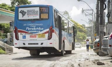 Trecho de Maria Paula da RJ - 100 está cheio de buracos Foto: Analice Paron / Agência O Globo