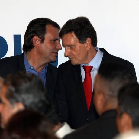 Contas em xeque. Paes e o atual prefeito, Marcelo Crivella, no dia da transmissão do cargo Foto: Paulo Nicolella