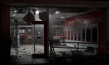 Destrução: estragos na agência após ação de crimnosos Foto: Pedro Teixeira / Agência O Globo
