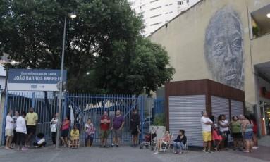 Fila no início da manhã deste sábado em posto de Copacabana Foto: Pedro Teixeira / Agência O Globo