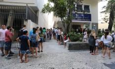 Cariocas fazem fila para tomar vacina contra febre amarela no posto Manoel José Ferreira, no Catete Foto: Marcia Foletto / Agência O Globo