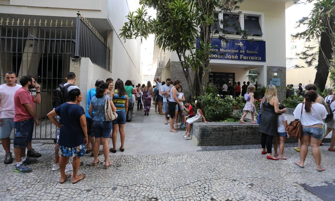 Cariocas já fazem filas em postos para vacina contra febre amarela