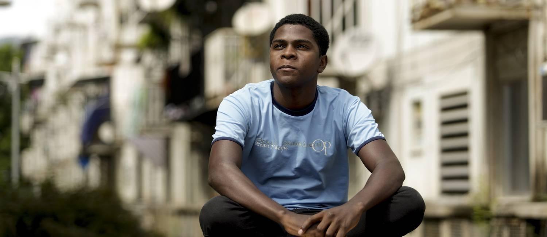 O estudante Leandro Santos de Paula foi anunciado na rede como o carcereiro de Sérgio Cabral em Bangu, apesar de nunca sequer ter tentado entrar para a Seap Foto: Gabriel de Paiva / Agência O Globo