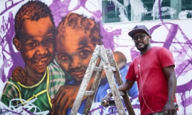 Grafiteiro Rodrigo Sini finaliza o oitavo mural que colore os muros do Instituto Nise da Silveira, na Zona Norte Foto: Fernando Lemos / Agência O Globo