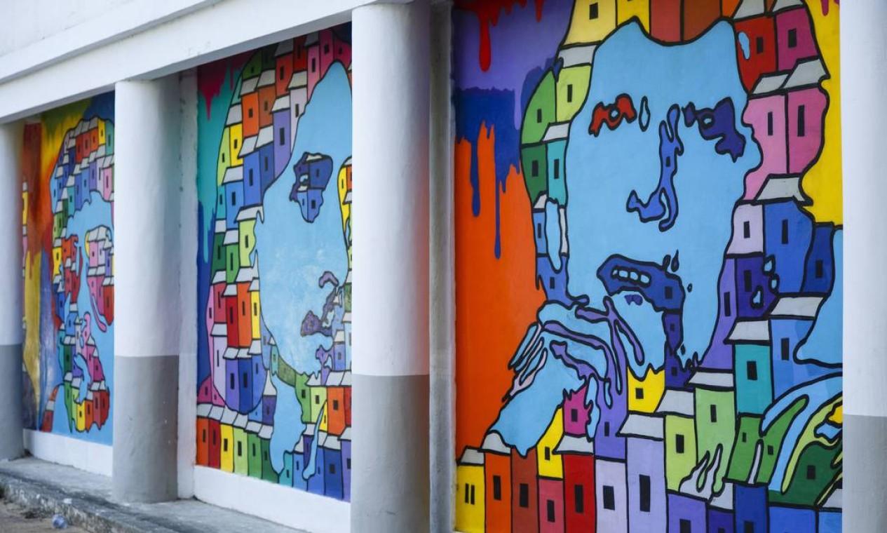 Painéis do artista plástico Wagner Troncoso, que teve ajuda de internos durante a confecção Foto: Fernando Lemos / Agência O Globo