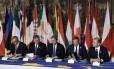 Da esquerda para direita: O presidente da Comissão Europeia, Jean-Claude Juncker; presidente do Parlamento Europeu, Antonio Tajani; o primeiro-ministro italiano, Paolo Gentiloni; o presidente do Conselho Europeu, Donald Tusk; e o primeiro-ministro de Malta, Jospeh Muscat, antes da assinatura da nova declaração de Roma com líderes dos 27 países da União Europeia durante reunião de cúpula de líderes da UE para marcer o 60º aniversário da fundação do bloco Foto: TIZIANA FABI / AFP