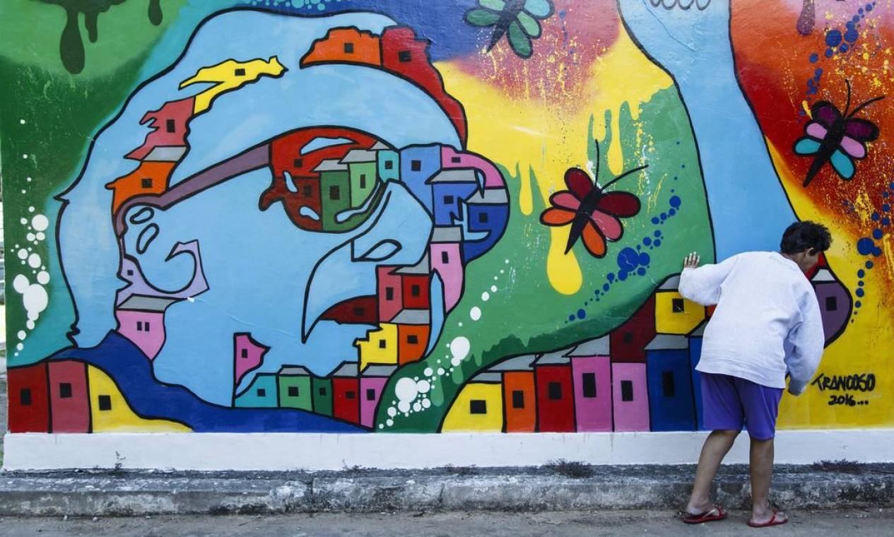 Interna interage com painel com desenho estilizado de Nise da Silveira, psiquiatra alagoana que revolucionou o tratamento de doentes mentais Foto: Fernando Lemos / Agência O Globo