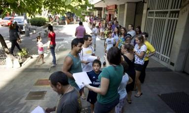 Fila para vacinação no Centro Municipal de Saúde Dom Helder Camara, em Botafogo Foto: Márcia Foletto / Agência O Globo