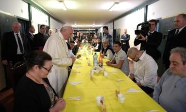 Papa reza antes de começar a refeição com presidiários da prisao San Vittore, em Milão Foto: OSSERVATORE ROMANO / REUTERS