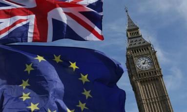 Ao lado do famoso relógio Big Ben, tremulavam uma bandeira do Reino Unido e uma da União Europeia Foto: DANIEL LEAL-OLIVAS / AFP