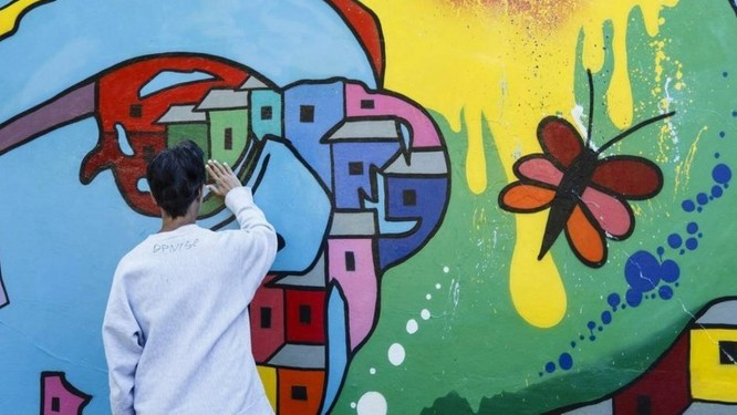 Galeria. A céu aberto, obras enfeitam muro do instituto: intenção é chegar a 15 painéis Foto: Agência O Globo / Fernando Lemos