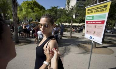 Ana Paula Iorio toma vacina contra a febre amarela em tenda em frente ao Centro Municipal de Saúde Dom Helder Camara Foto: Márcia Foletto / Agência O Globo