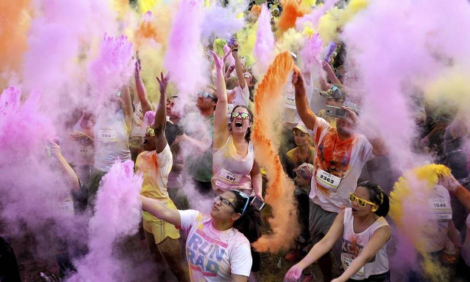 Pessoas se divertem durante a corrida das cores no Metropolitan Park, em Jacksonville, Flórida Foto: Bruce Lipsky / AP