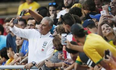 Tite faz fotos junto aos torcedores durante o treino da seleção brasileira, no Morumbi, em São Paulo Foto: Marcos Alves / Agência O Globo