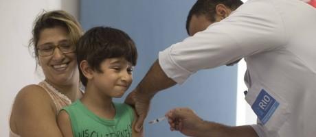Alexandra Silveria segura o filho Tiago durante a aplicação da vacina contra a febre amarela Foto: Márcia Foletto