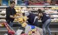 Fiscalização. Vigilância Sanitária municipal inspeciona supermercados na Barra: em uma semana 700 quilos de alimentos considerados impróprios Foto: Ana Branco / Ana Branco/20-03-2017