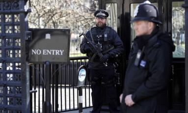 Policias guardam entrada do Parlamento britânico Foto: PETER NICHOLLS / REUTERS