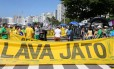 Passeata a favor da Lava-Jato levou cerca de 300 pessoas a Copacabana neste domingo Foto: Guilherme Pinto / O Globo