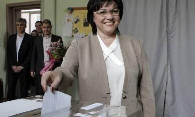 A líder do Partido Socialista, Kornelia Ninova, depositou seu voto num colégio eleitoral em Sófia Foto: Valentina Petrova / AP