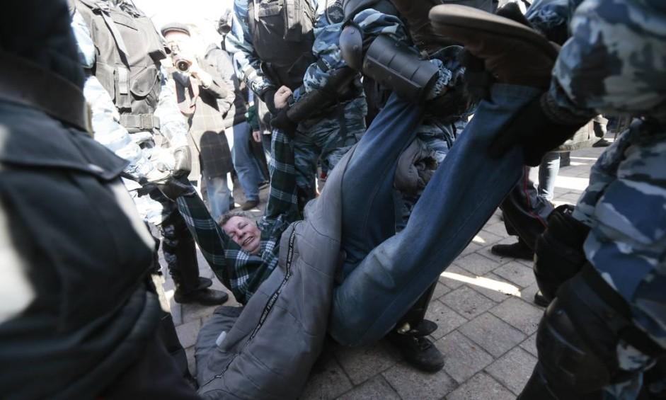 Mulher é arrastada por policiais em Moscou. Protesto foi puxado após Navalny divulgar informações de que o primeiro-ministro, Dmitri Medvedev, teria fortuna incompatível com salário Foto: Ivan Sekretarev / AP