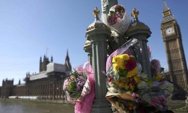 Flores homenageiam as vítimas do ataque de quarta-feira, na Ponte de Westminster Foto: NEIL HALL / REUTERS