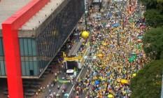 Manifestantes se aglomeram em frente ao Masp Foto: Marcos Alves / O Globo