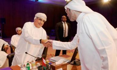 Ministro fo Petróleo de Omã, Mohammed bin Hamad Al Rumhy, aperta a mão de um representante da estatal petrolífera do Kuwait no encontro do comitê ministerial de monitoramento, no Kuwait Foto: Stephanie McGehee/Reuters