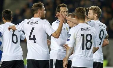 Jogadores da Alemanha comemoram gol sobre o Azerbaijão Foto: DAVID MDZINARISHVILI / REUTERS