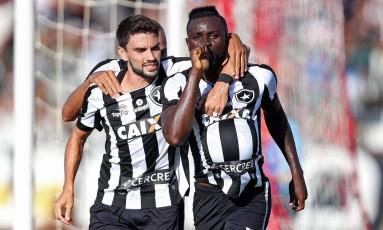 Rodrigo Pimpão e Joel comemoram o primeiro gol do Botafogo sobre o Bangu Foto: Vitor Silva/SSPress / Botafogo