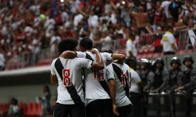 Jogadores do Vasco comemoram gol sobre o Flamengo em Brasília Foto: Michel Filho / Agência O Globo
