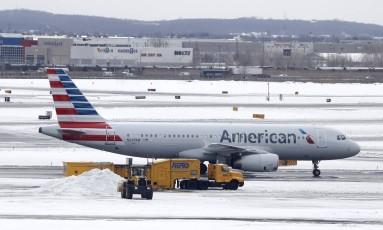 Avião da American Airlines no Aeroporto Internacional de Newark Foto: Julio Cortez/AP/15-3-2017
