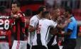 Luís Fabiano reclama com o árbitro após ter sido expulso Foto: Michel Filho / Agência O Globo