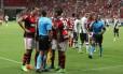 Jogadores do Flamengo reclamam do auxiliar Daniel do Espírito Santo e do árbitro Luiz Antônio Santos após a marcação de pênalti para o Vasco Foto: Aílton de Freitas / Agência O Globo