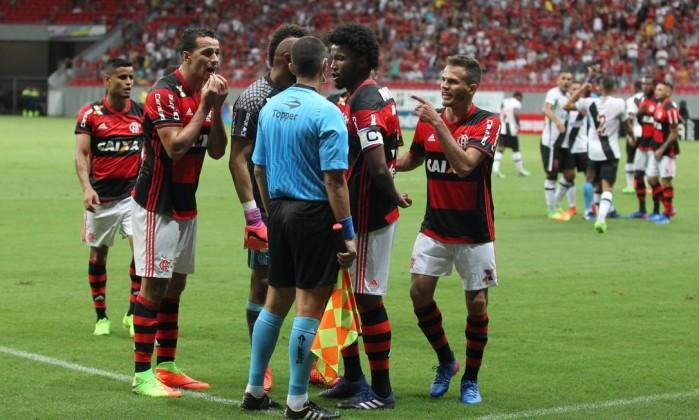 Jogadores do Flamengo reclamam com o auxiliar Daniel do Espírito Santo após a marcação do pênalti para o Vasco Foto: Aílton de Freitas / Agência O Globo