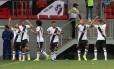Jogadores do Vasco comemoram o primeiro gol no empate com o Flamengo Foto: Ailton de Freitas / Agência O Globo