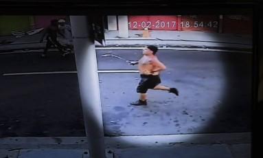 Rogério Guinard, torcedor do Flamengo, corre com espeto na mão após briga com torcedores do Botafogo Foto: Reprodução Rede Globo