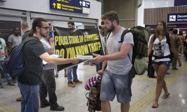 Em greve, policiais civis fizeram manifestação no aeroporto em fevereiro Foto: Márcia Foletto / Agência O Globo