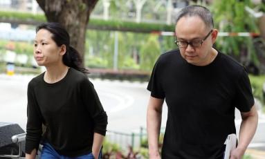 Chong Sui Foon (esquerda) e Lim Choon Hong (direita) foram presos por deixar empregada doméstica sem comida Foto: WONG KWAI CHOW / AFP